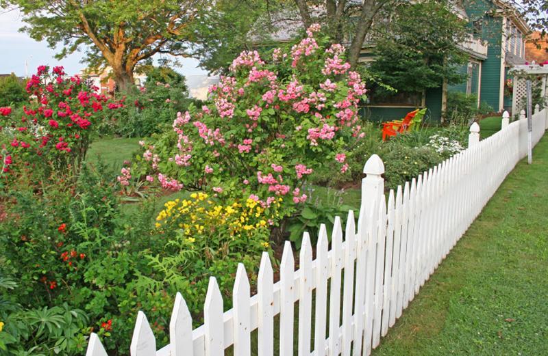 Gợi ý những mẫu hàng rào nhựa giả gỗ đẹp