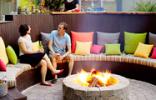 Chọn ghế gỗ đặt vào không gian ngoài vườn nhà