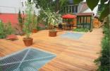Sàn gỗ lót sân vườn tạo cảm giác thân thuộc, gần gũi thiên nhiên