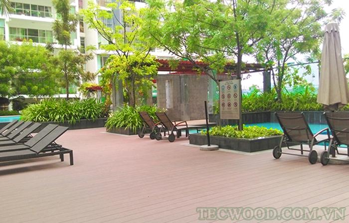 Khu vực sàn hồ bơi trở nên sang trọng hơn khi được lót bằng sàn gỗ Tecwood