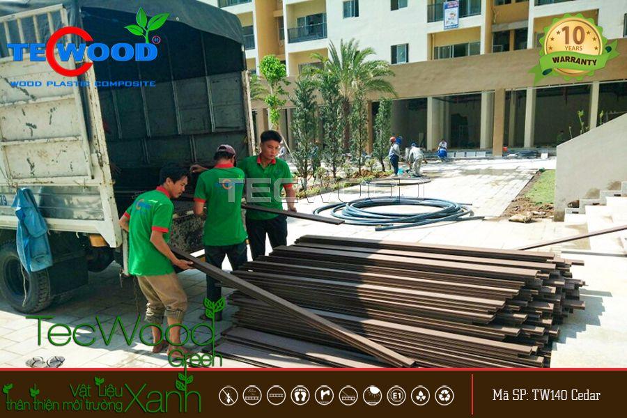 hình ảnh nhân viên vận chuyển sàn gỗ nhựa